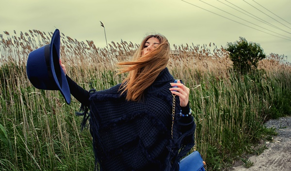 blue-hat-poncho-wind-photography