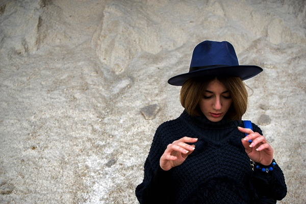 photopgraphy-blue-hat-poncho
